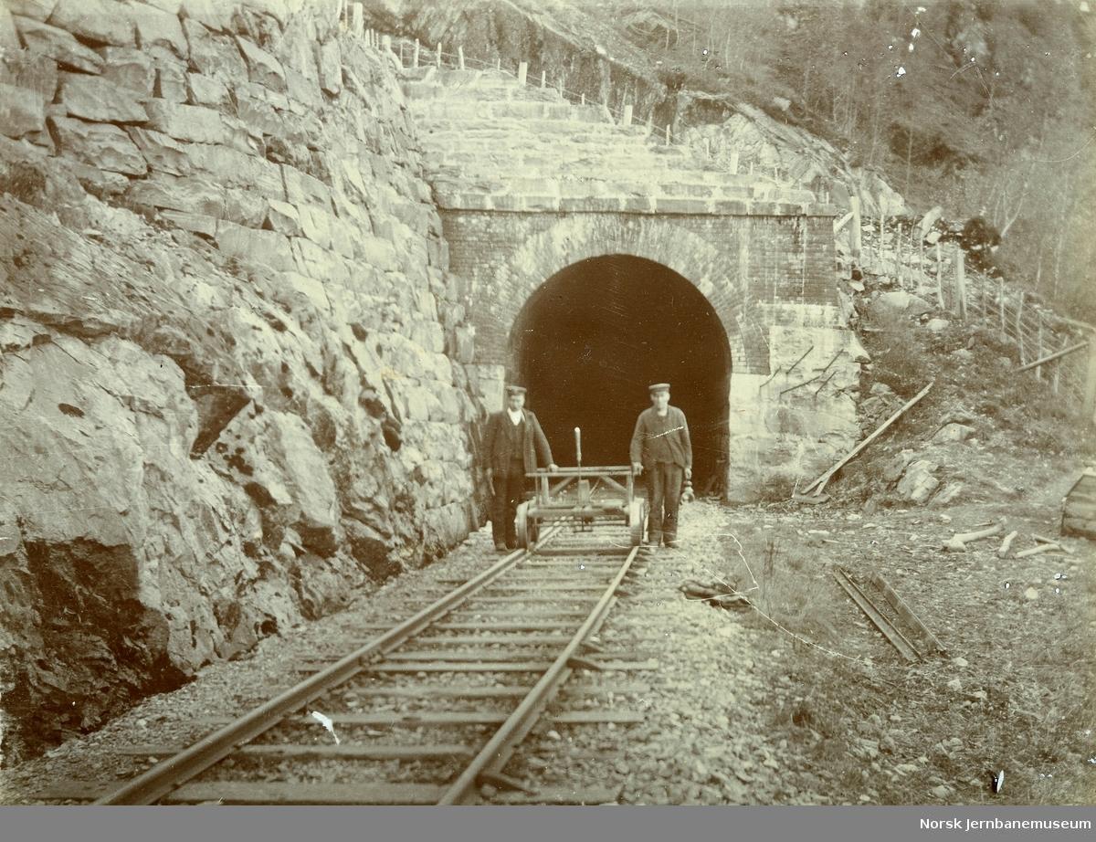 Ukjent tunnel på Vossebanen - to banevoktere med håndtralle poserer