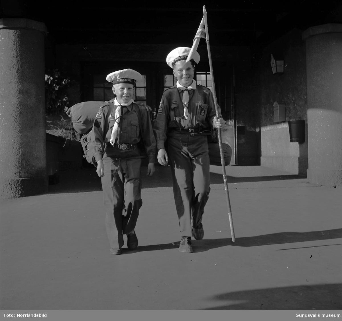 Scouter från Medelpad åker iväg på - och kommer hem ifrån - förbundslägret Åvatyr 1950, i Åva, Tyresö. Bilder från avresa och hemkomsten till järnvägsstationen.