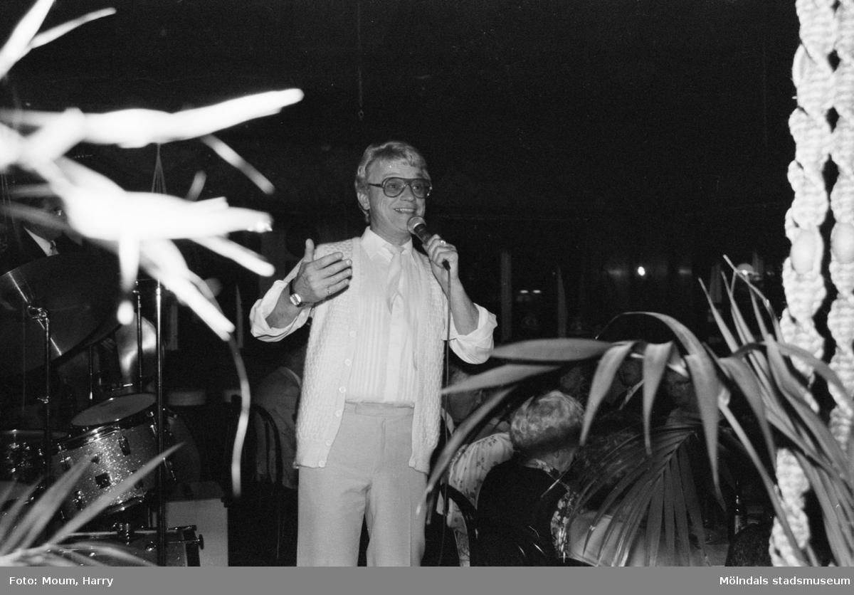 Kållered PRO firar 10-årsjubileum på Kållereds Värdshus, år 1983. Kjell Kraghe underhåller tillsammans med Levins orkester.  För mer information om bilden se under tillägginformation.