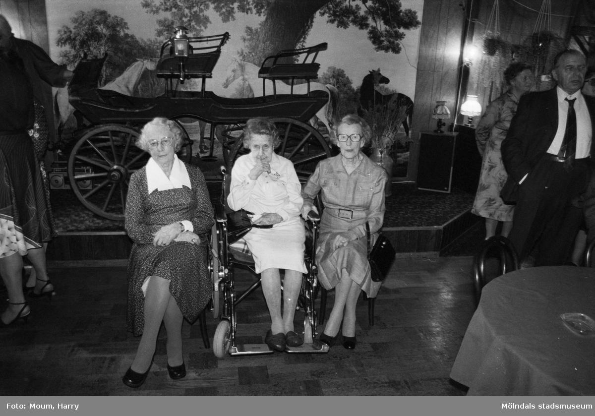 """Skolträff på Kållereds Värdshus, år 1983. """"Lärarinnorna Greta Alm Andersson, Greta Härnqvist och Jessie Thölen hade stämt träff med sina elever från tjugotalet.""""  För mer information om bilden se under tilläggsinformation."""