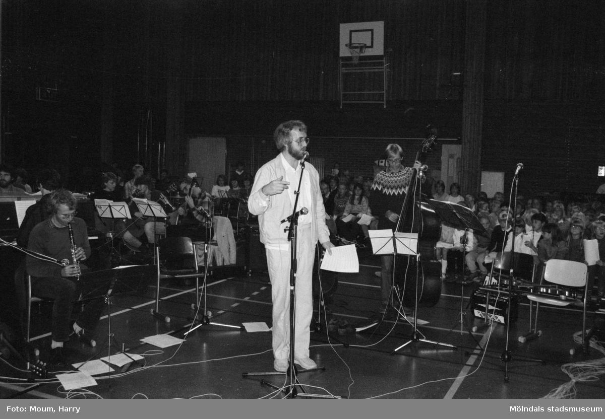 Vissångaren Alf Hambe uppträder på Ekenskolan i Kållered, år 1983. Musikskolans Jan Ivar Blixt.  För mer information om bilden se under tilläggsinformation.