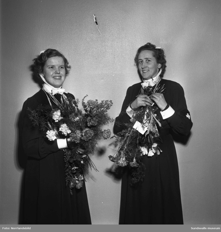 23 nya sjuksköterskor invigda vid lasarettet. På första bilden är det Ingegerd Söderberg, Essvik, som gratuleras av mamma Dora och pappa Konrad.