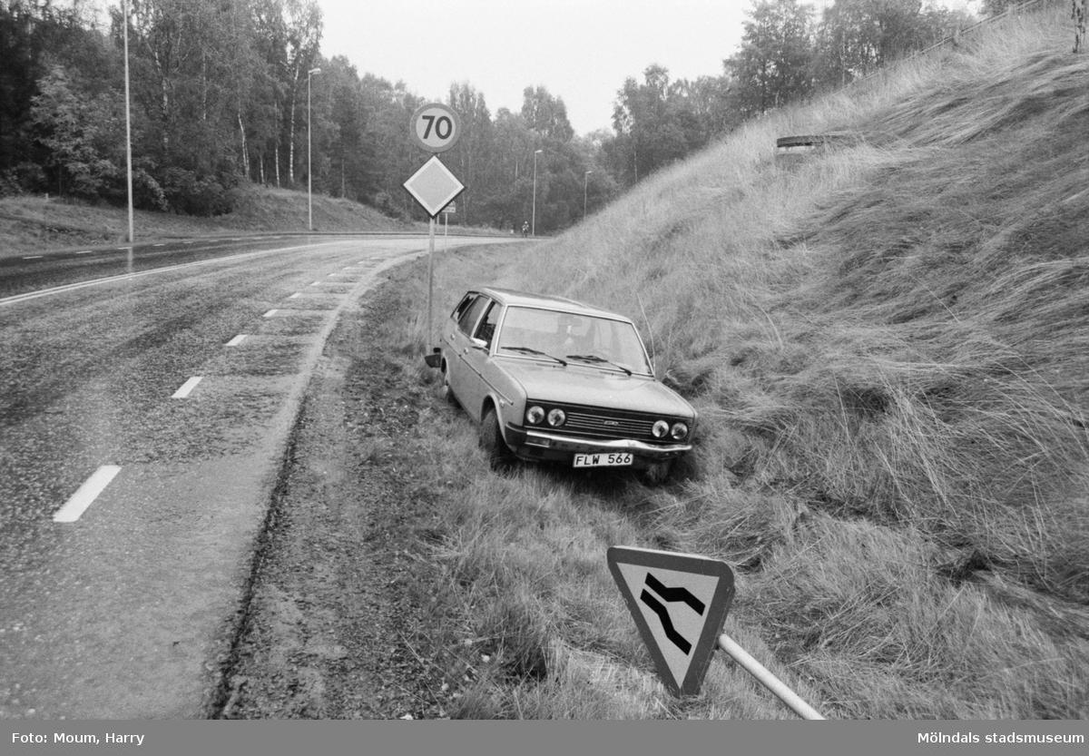 """Bil som kört i diket vid Östra Lindomevägen i Kållered, år 1983. """"Här var det avsmalnande väg. Så det gäller att se sig för.""""  För mer information om bilden se under tilläggsinformation."""