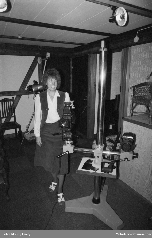 """Wally Holmberg har öppnat fotoatelje i sin villa vid Gamla Riksvägen i Kållered, år 1983. """"Wally Holmberg har öppnat fotoateljé i Kållered.""""  För mer information om bilden se under tilläggsinformation."""