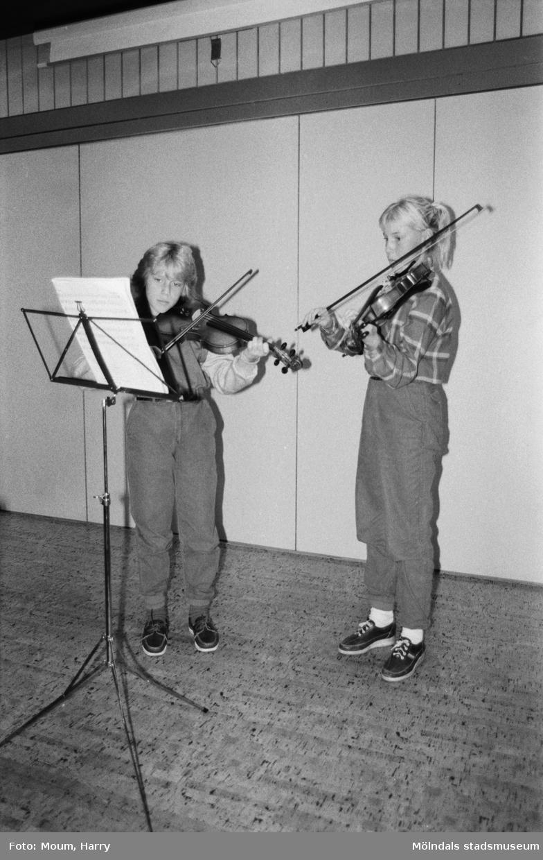 Violinelever från musikskolan spelar på Kållereds hembygdsgilles höstgille på Ekenskolan i Kållered, den 21 oktober, år 1983.  För mer information om bilden se under tilläggsinformation.