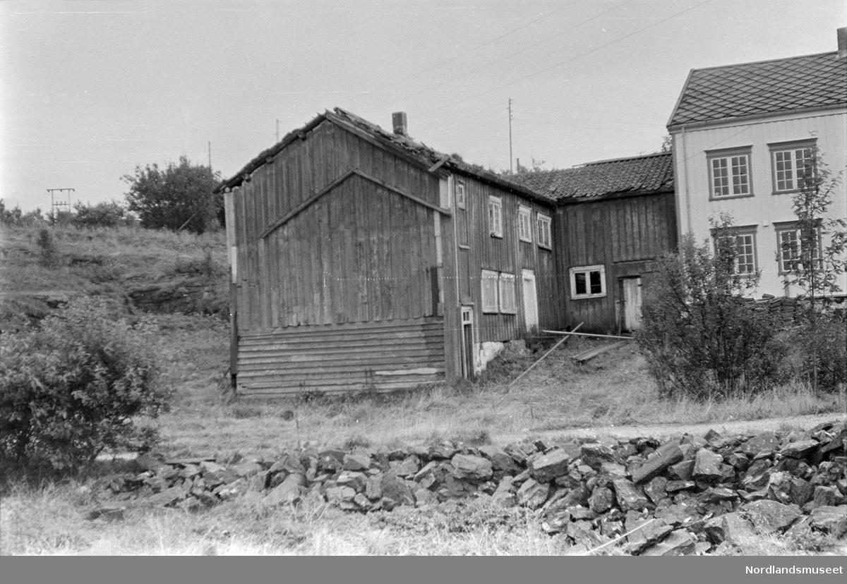 Rødstua, Selsøyvik Handelsted, Alstadhaug. Sett fra siden, hvit bygning.
