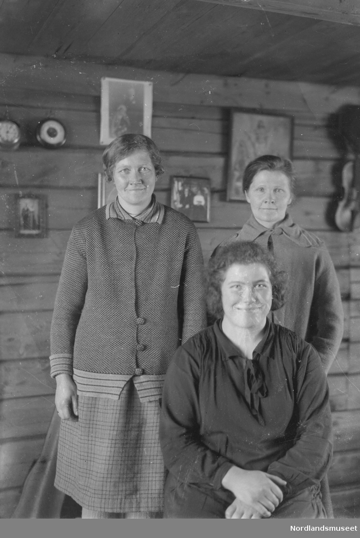 Portrett av tre kvinner.