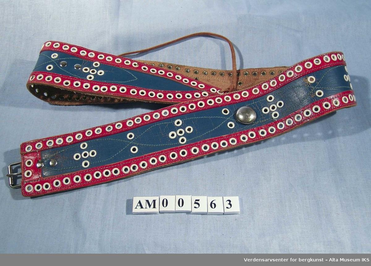 1b7d4273 Belte sydd av rødt og blått skinn. Dekorert med hvite maljer og en rund,