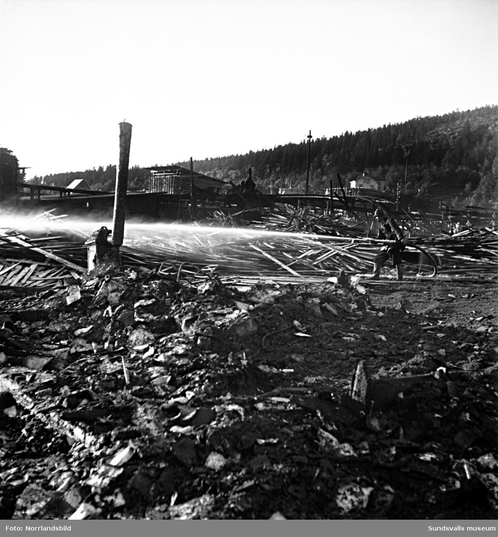 Branden på Laurents såg vid Selångersån. Sågen låg öster om nuvarande Sporthallen och området är senare delvis bebyggt av Sundsvalls verkstäder (Emhart)