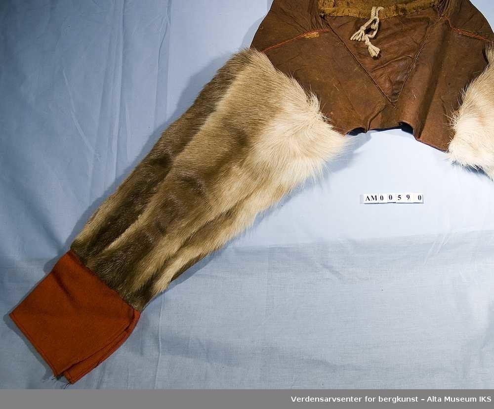2502feb4 Bellingbukser av skinn, reinpels og rød vadmel, Sydd med senetråd. Knytes i  livet. Photo: Verdensarvsenter for bergkunst – Alta Museum IKS