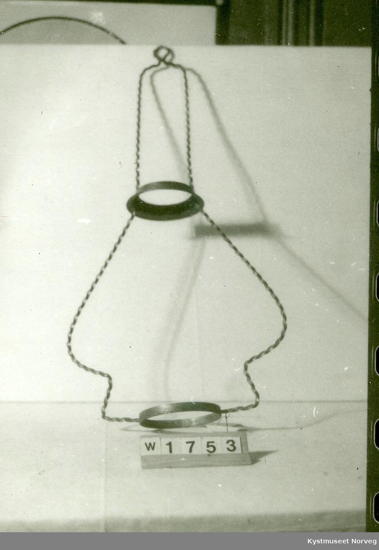 Holderen er laget av et messingbånd med trekantet profil med sider 0,5 cm som er tvunnen. form som på skruer. Ringer til lampe og skjerm.