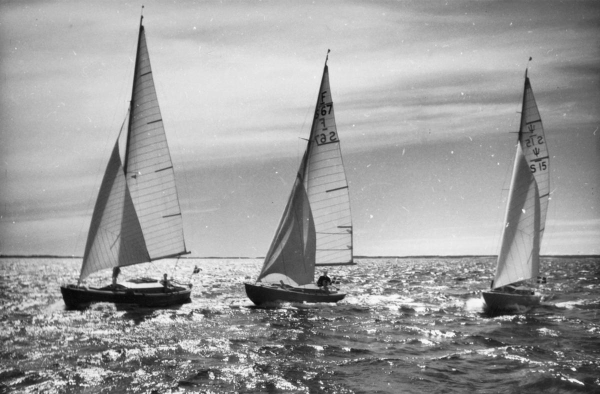 Fartyg: KRAVATT                        Bredd över allt 2,22 meter Längd över allt 7,64 meter  Rederi: Lönnquist, Harry Byggår: 1943 Konstruktör: Sundén, Tord Övrigt: Det är ovisst när och var denna bild tagits samt vilken kosterbåten t v utan segelnummer är; de båda identifierade båtarna är i mitten folkbåt F-S67 KRAVATT och t h neptunkryssare S15 GULLAN VII (b. 1941). Dessa namn var båtarnas första; namnen KATTA respektive PEGGY, som anges på kopians baksida, återfinns första gången i KSSS årsbok 1945. Det kan noteras att neptunkryssaren S15 som PEGGY hamnade i Karlstad och att den på Vänern inte kan ha haft många tillfällen att fotograferas med KATTA. Fr o m 1947 var PEGGY återbördad till Stockholm som GITTAN, senare MAJSANITA och GUNILLA.