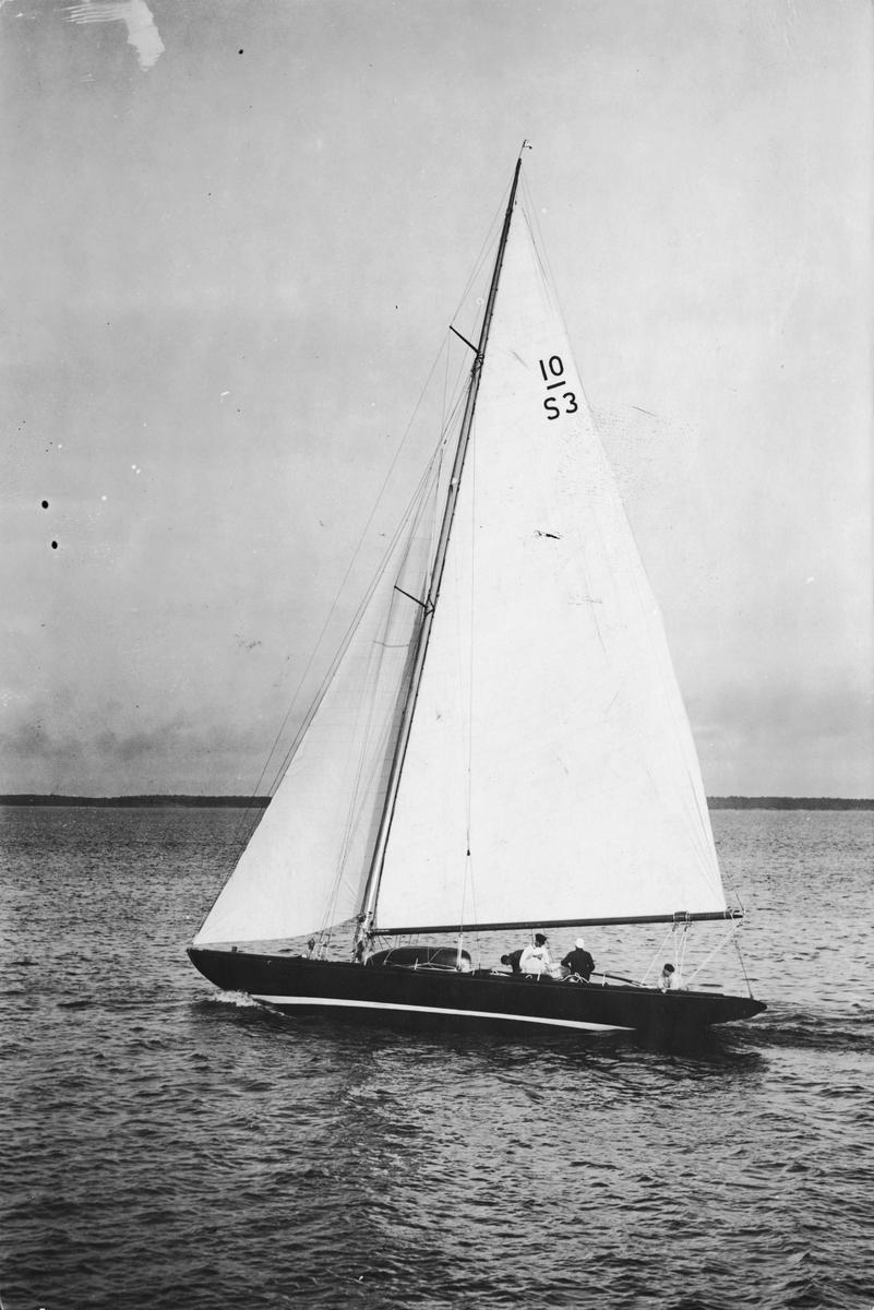 Fartyg: AAVORYN                        Bredd över allt 3,46 meter Längd över allt 16,68 meter  Rederi: Bruu, Hans Byggår: 1923 Varv: Gamle Hestehauge, Svendborg Konstruktör: Weber, Sophus Övrigt: Det är ovisst när och var denna bild tagits. 10-S3 AAVORYN ursprungligen LUNA V. Hans Bruu, som tidigare haft en Anker-ritad 8m-jakt med namnet AAVORYN och vars namn anges i baksidesanteckningarna, uppges i KSSS matriklar ha varit båtens ägare från 1927 till 1950. Båten har sedan dess hetat BLUE NOSE och AAWORYN.