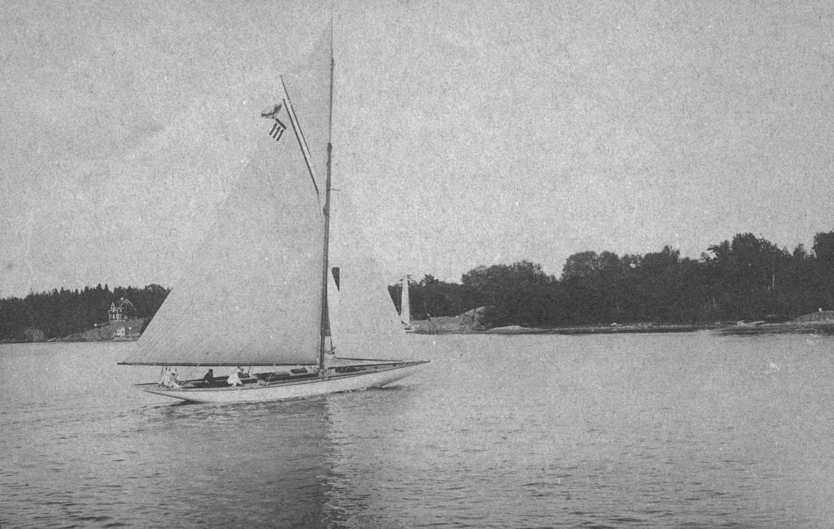 10 meters jakten NINA. Denna bild är tagen antingen under de olympiska seglingarna utanför Nynäshamn i juli 1912 eller under de internationella kappseglingar utanför Sandhamn som KSSS arrangerade i direkt anslutning till OS-seglingarna.