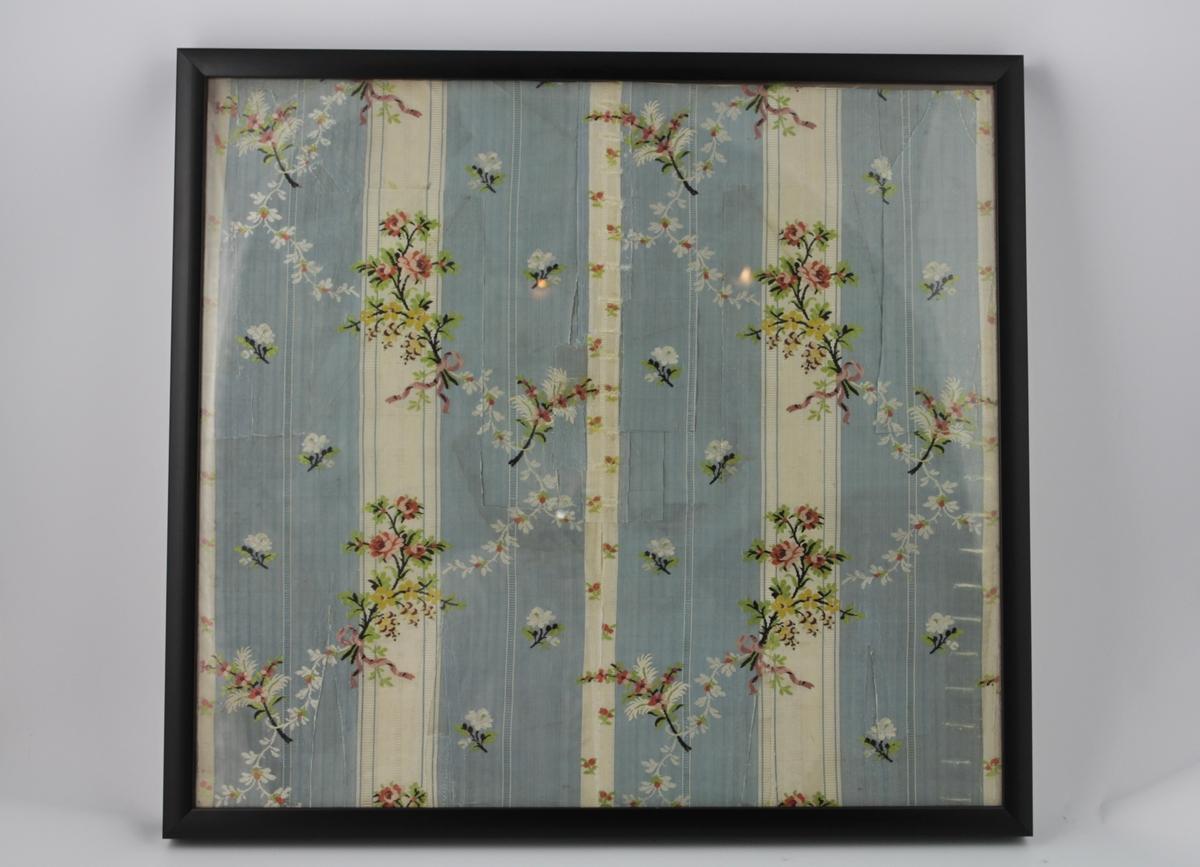 Mønsterrrapport av stoff til brudekjole. Tykkere blå striper og tynne hvite striper. Dekor av blomster i buketter bundet sammen med rosa silkebånd.
