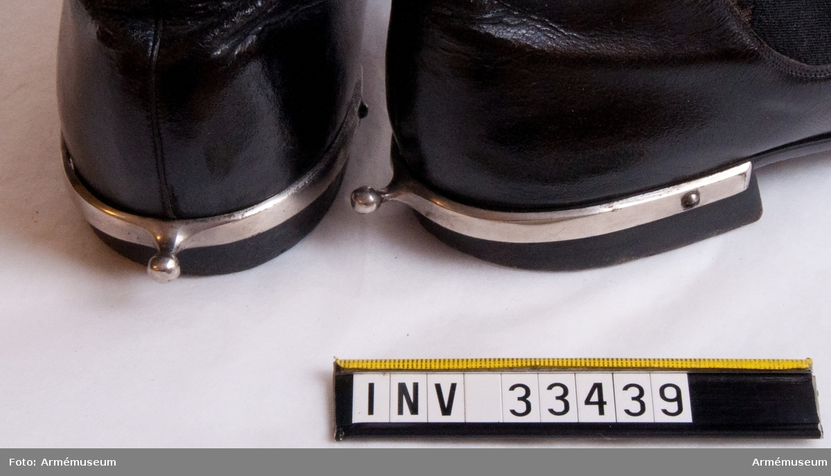 Grupp C I. Ur paraduniform för officer vid Jämtlands hästjägarekår. Med vissa förändringar gällande 1856-93. Består av vapenrock, epåletter, mössa, plym, pompong, kordong, byxor, stövlar, sporrar, kartusch, rem, sabelkoppel, skärp.