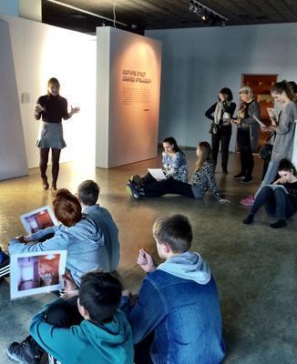 """8. trinn lærer om dagslysets påvirkning på mennesket i utstillingen """"Det nye lyset. Daniel Rybakken"""""""