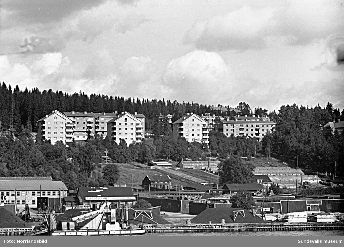 Flerfamiljshusen i Busbacken, vid Tivolivägen, fotograferade från hamnen.