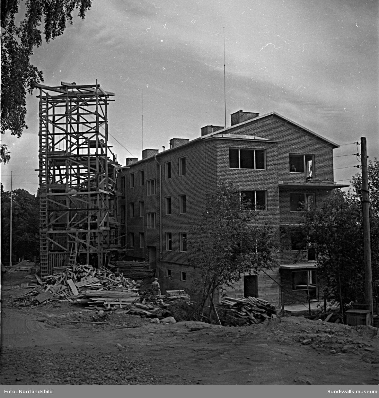 Det är full fart på byggnationen av nya flerfamiljshus vid Tivolivägen, Norrlidsgatan i Busbacken.