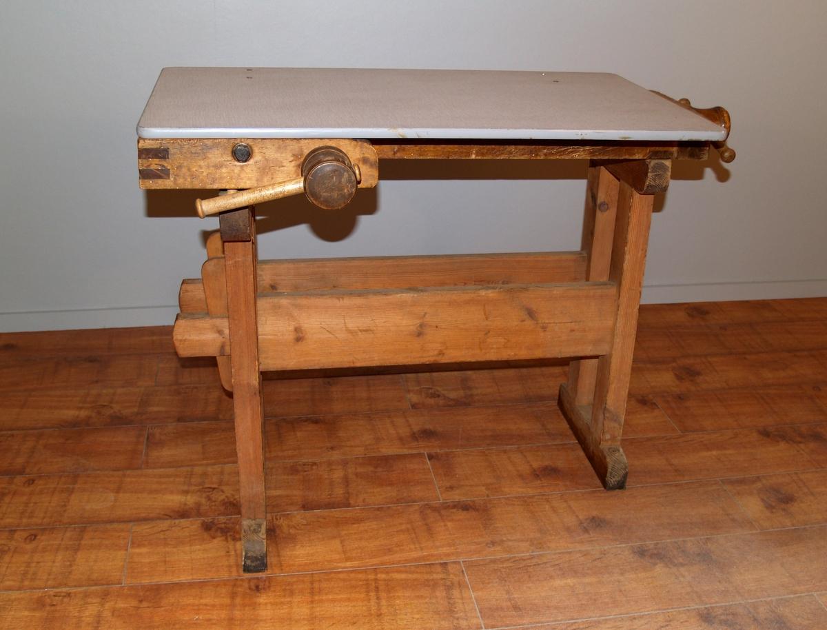 Form: Avlang med hengslet bordplate. 2 skruestikker