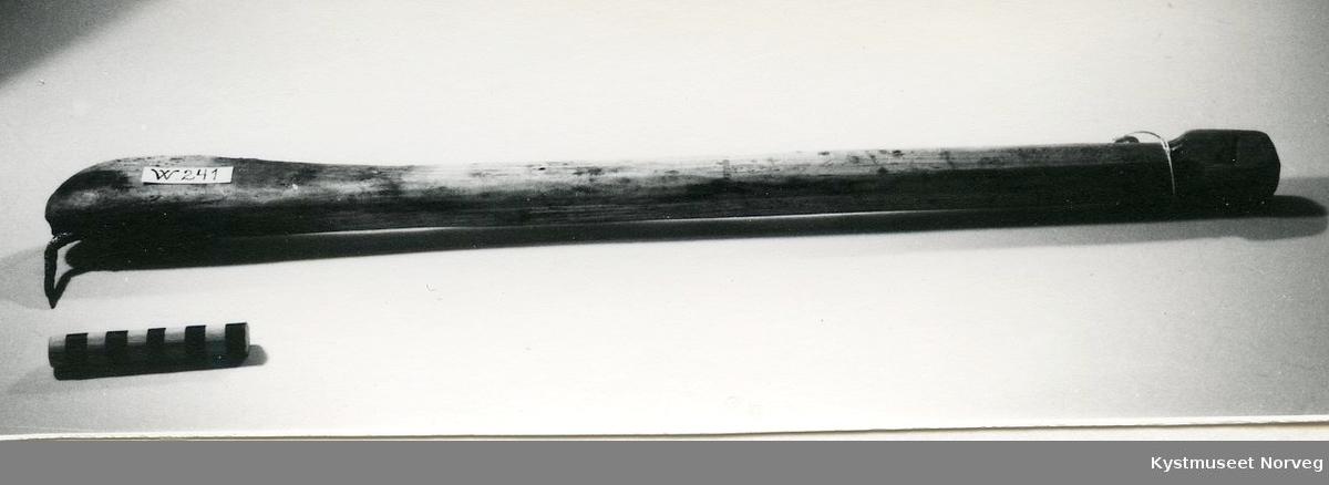 Form: Avlang med jernkrok i enden