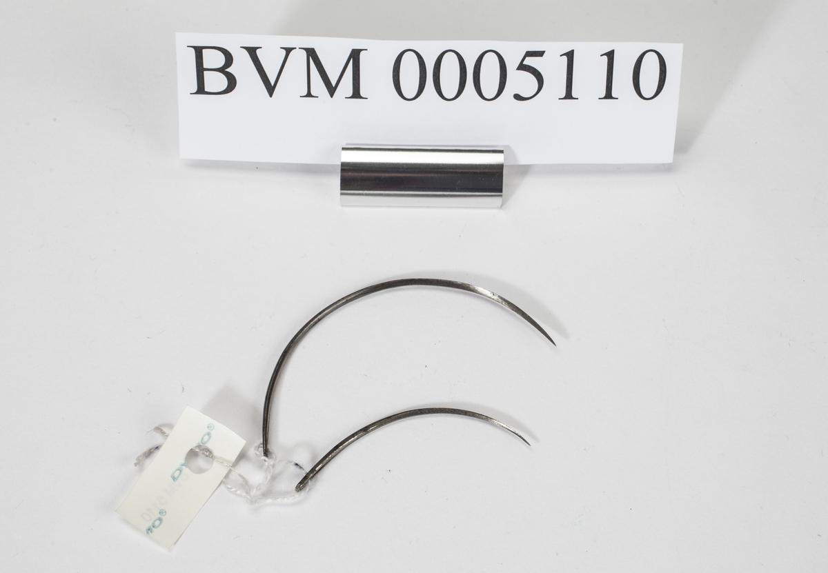 BVM 2977-2992 SATT AV TIL 18 INSTRUMENTER (INKL. ET LØST SAGBLAD) SOM HØRER TIL FUTTERAL BVM 2976. DISSE ER FORELØPIG IKKE BESKREVET NÆRMERE.