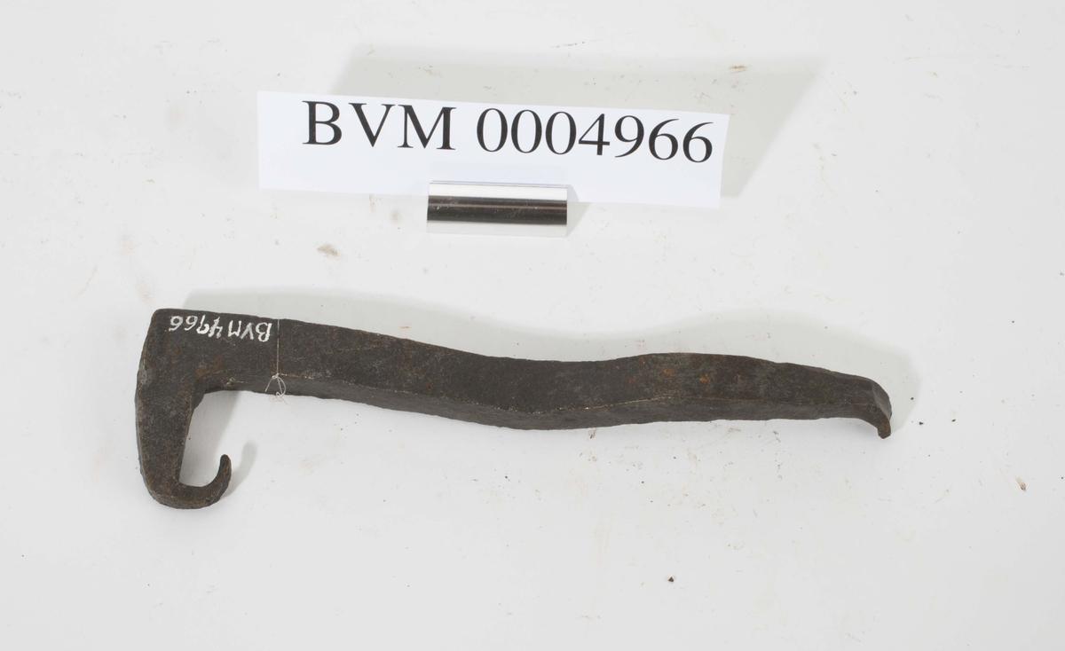 Farthaspen har form som et halvt klammer hvor den vinkelbøyde delen endte med en tilbakebøyd spiss (for feste), dvs. at den får en liten U-form på den ene enden. Ytterste del av spissen er bøyd og en liten del av spissen mangler.