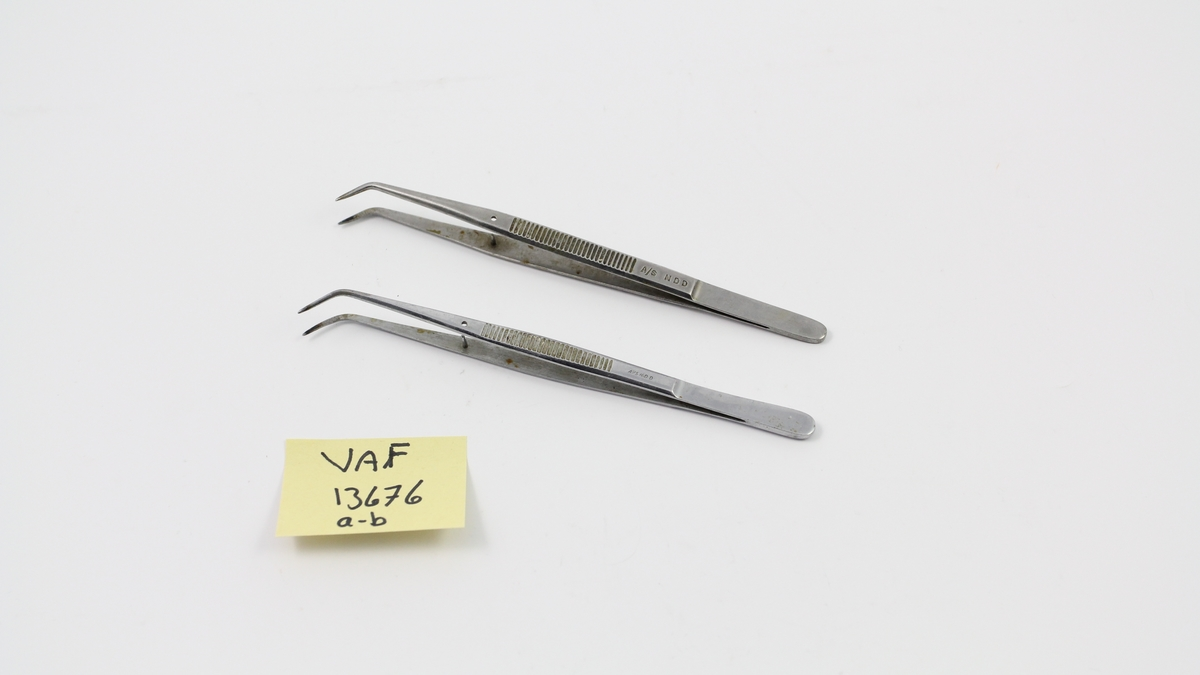 To pinsett brukt i tannlegepraksis.