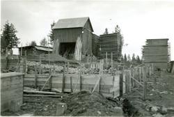 Byggnation av H. Holmbergs såg. På bilden: Arne Karlsson och