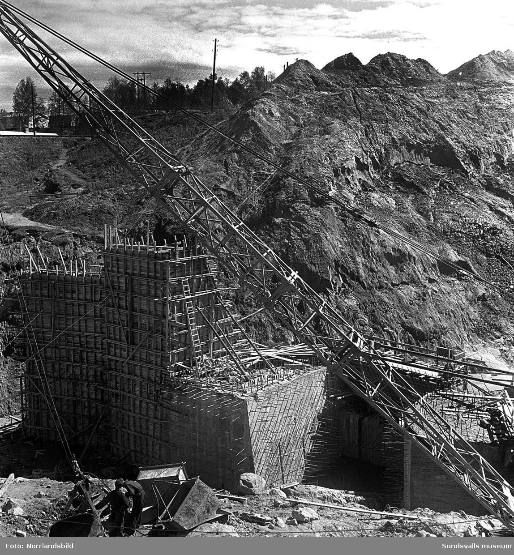 Bygget av kraftverket i Bergeforsen pågår och samtidigt rivs det hus som ligger uppströms fördämningen.
