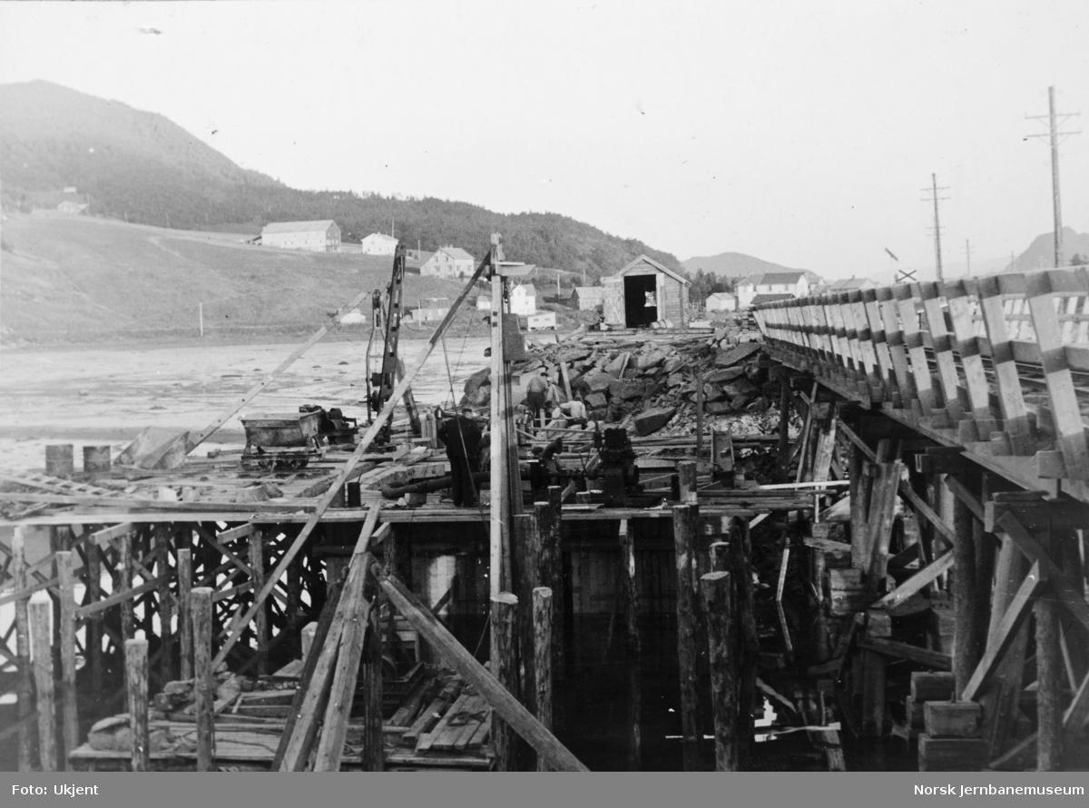 Anlegget Mosjøen-Mo i Rana : bygging av bru over Kullstadsjøbukta, pel 238