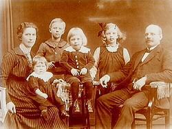 Familjegrupp, 6 personer. Julius Anderssons familj. De bod