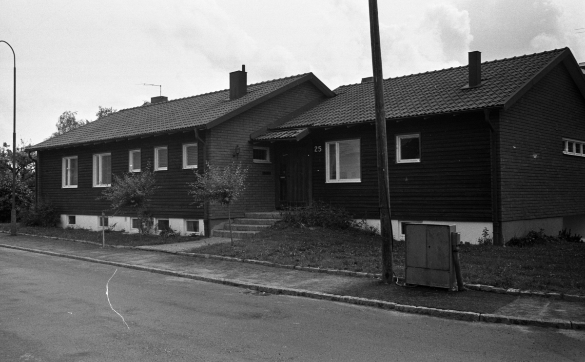 Hus 30 juni 1966Bild på ett mörkt tegelhus.