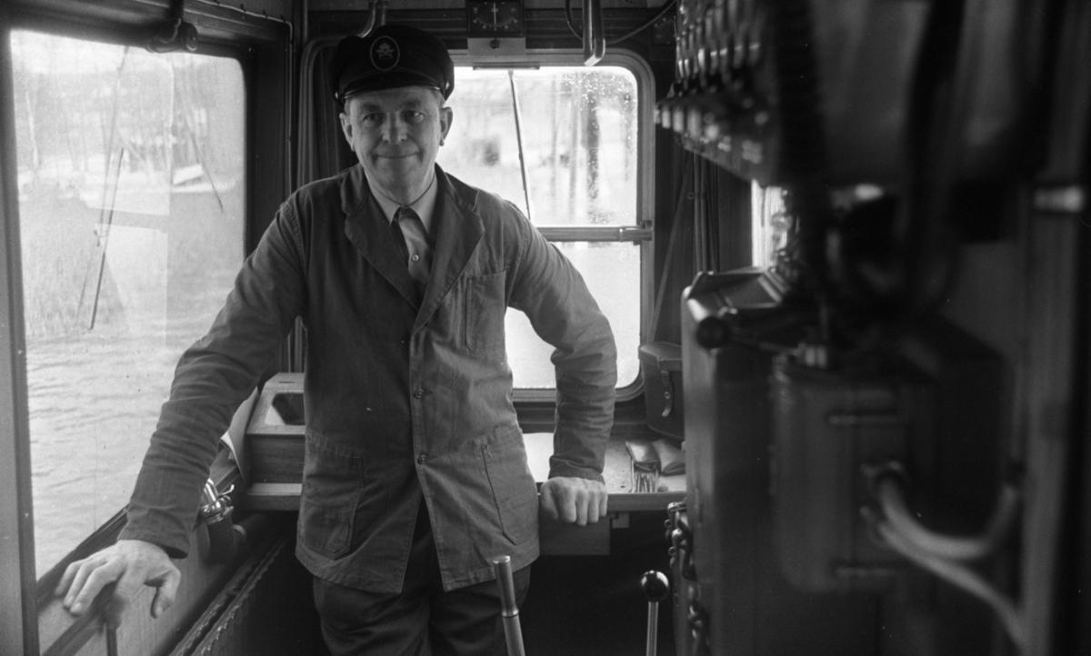 Vinöfärjan. 6 december 1967. Vinöfärjans kapten Sigvard Nilsson född 1912 - död 1996.  (Rubrik: Vinöfärjan, Bandy, Hockey 6 december 1967)