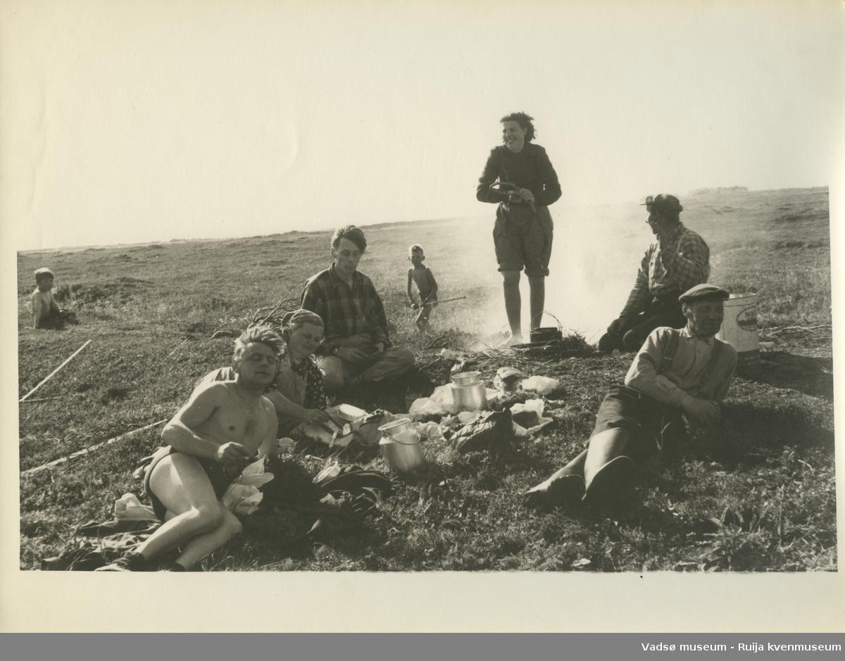 """Familien Basso/Bietilæ har pause i slåttearbeidet i Skallelv. Bildet er tatt på familiens """"ytterslåtta"""", ca. 1960."""