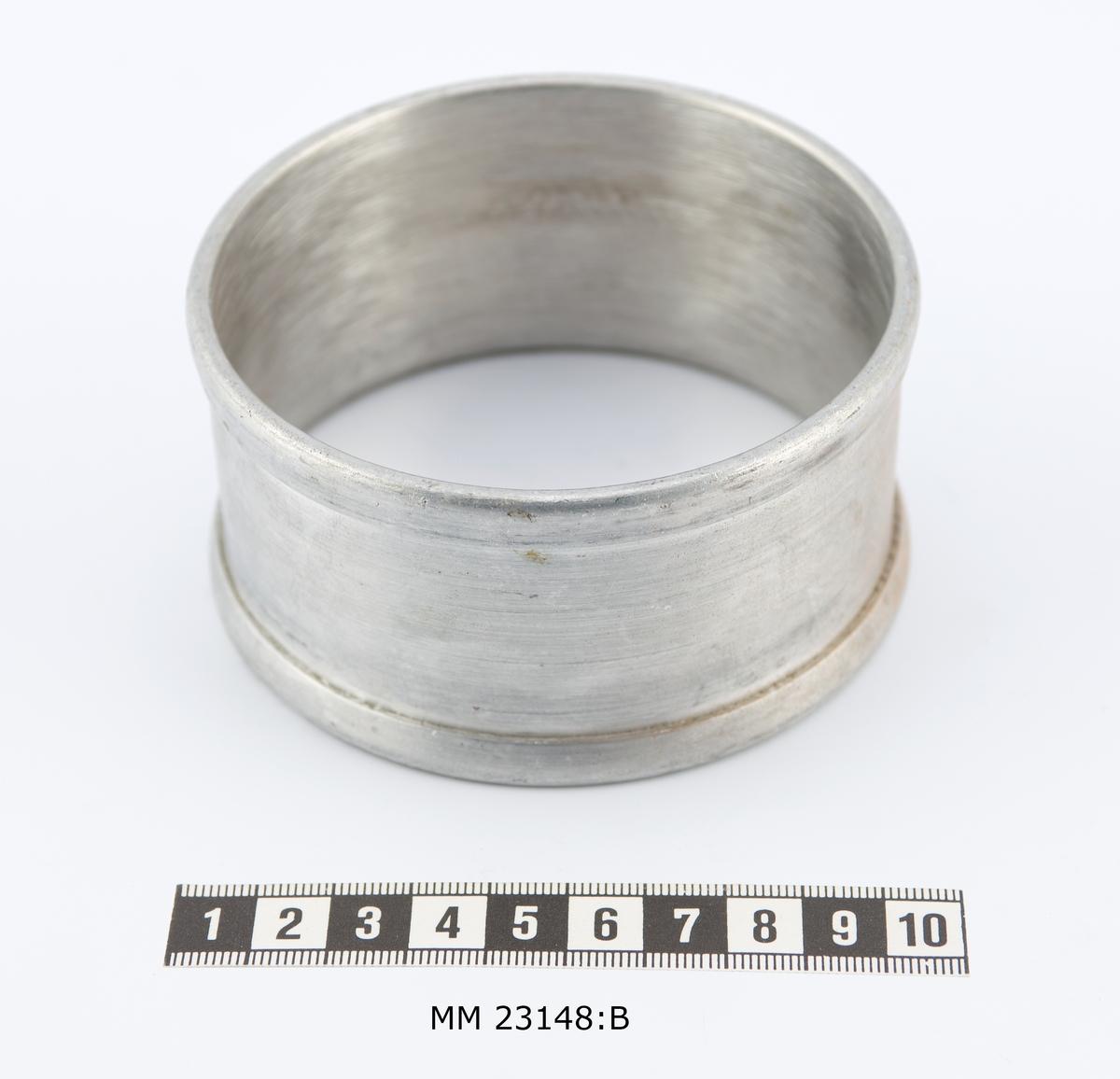 Runda manschettringar av aluminium med slätt mittspår, 35mm brett. Kanterna är välvda, 10 mm breda.