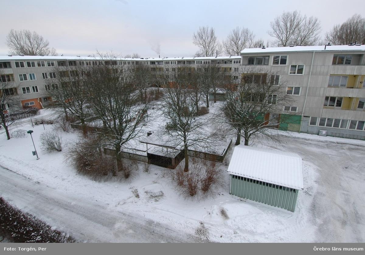 Dokumentation av bostadsområdet Markbacken i Örebro.Lertagsgatan, bostadshus, innergård. En miljöbod syns längst fram på bilden.Dnr: 2005.250.361