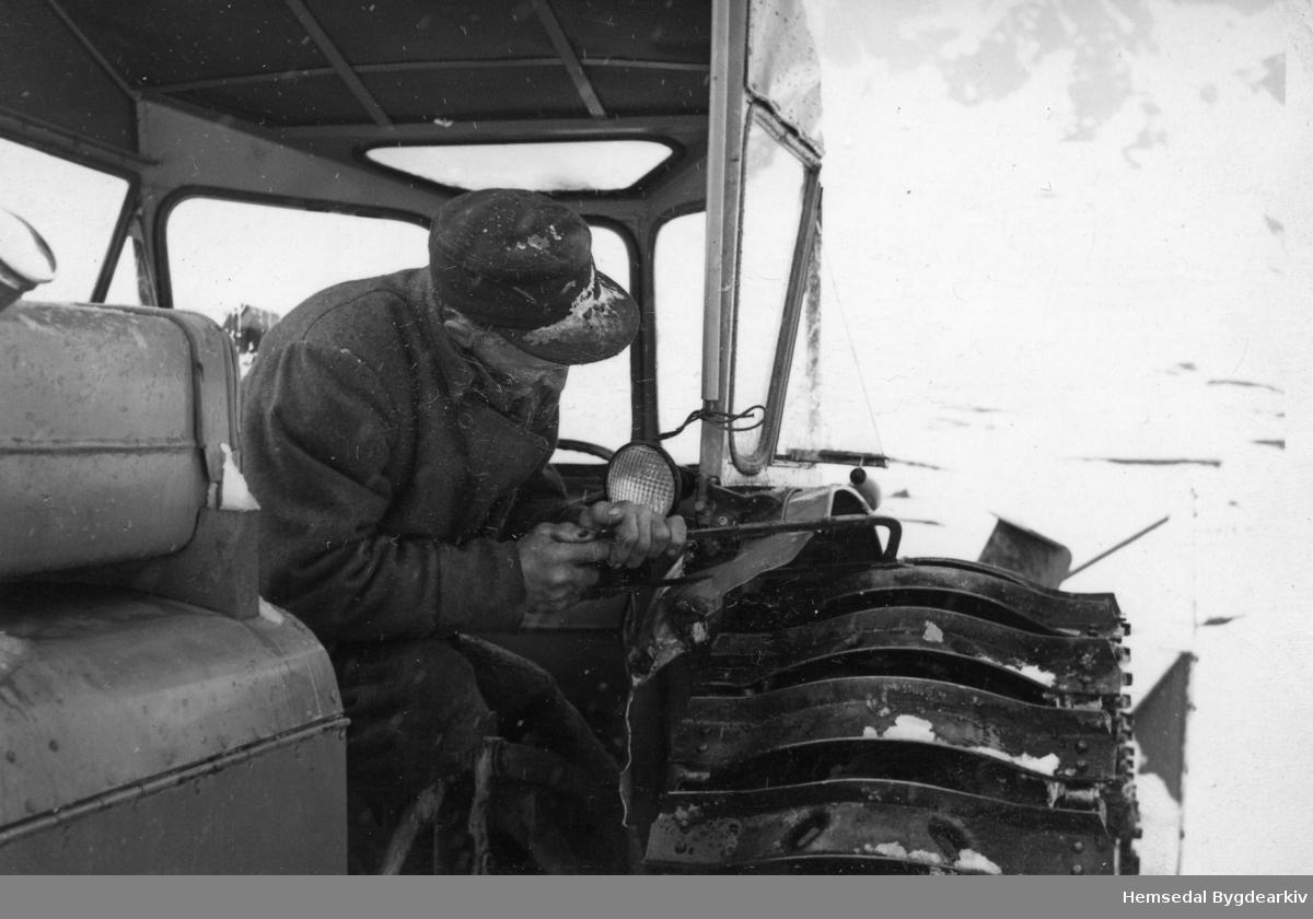 """Olav J. Dokk, fødd 1892, i aksjon  med baufilsaga. Det gjekk hardt utover skjermane på """"Fordson Major"""", gjerne kalla """"Majoren"""", under snøbrøytinga på Hemsedalsfjellet."""