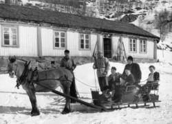 Søre Hulbak,ca.1944. Familien Ola E. Hulbak i kyrkjesluffa.