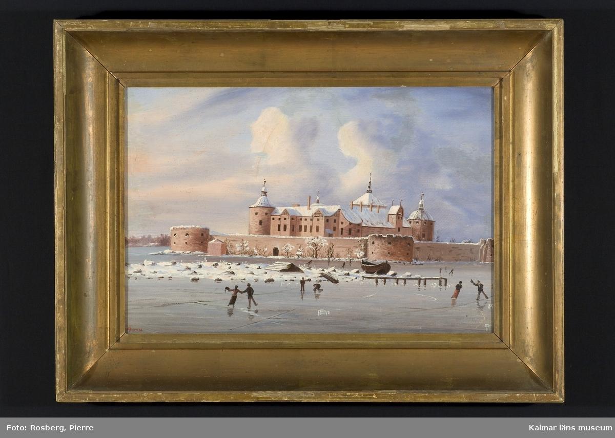 Vintermotiv med Kalmar slott i motivet mitt, i förgrunden slottsfjärden, en mindre ö med en upplagd båt och en liten brygga, på isen i förgrunden skridskoåkare. Män i plommonstop och kvinnor sannolikt i skridskodräkt med kort jacka, lång kjol och muff.