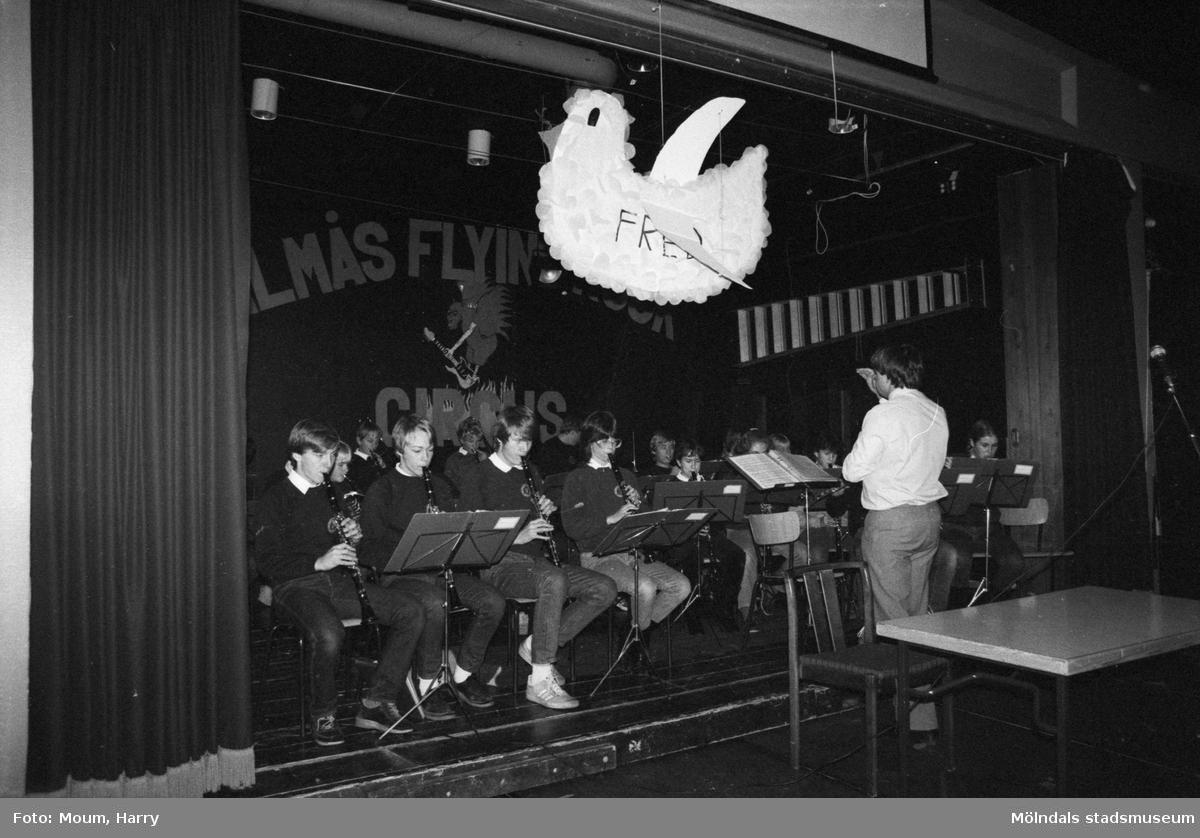 Fredsrörelsen i Lindome anordnar fredsmöte på Almåsgården, år 1983. Lindome och Kållereds blåsorkester under ledning av Bengt Ove Gunnarsson på scen.  För mer information om bilden se under tilläggsinformation.