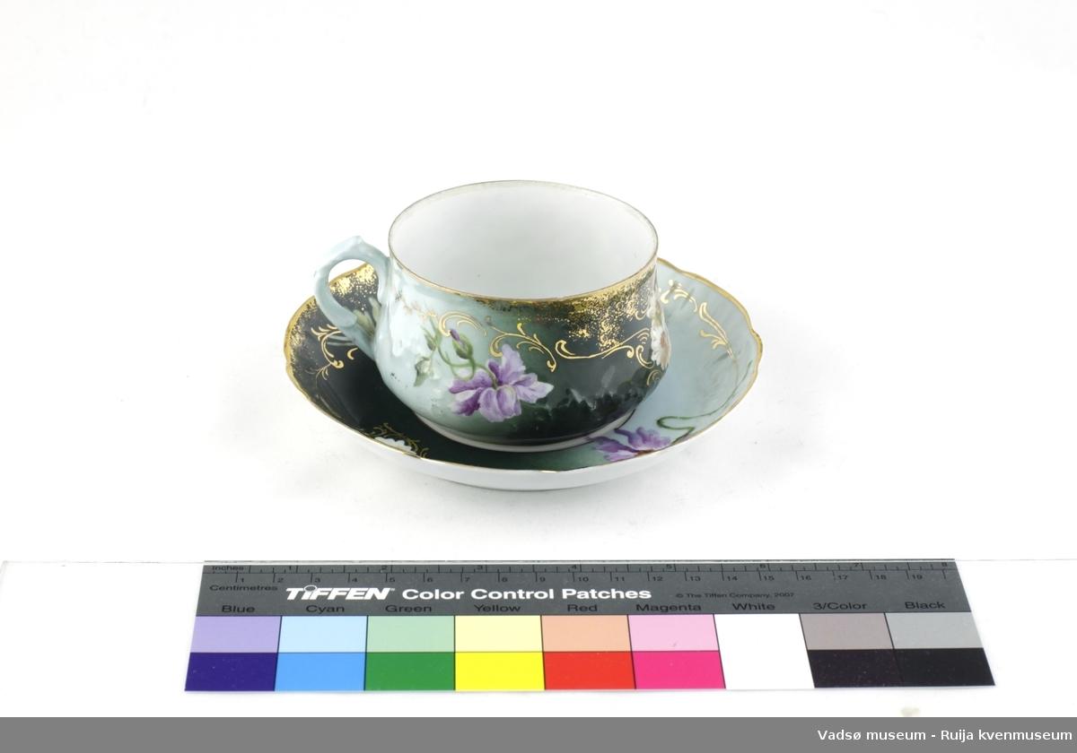 Russisk teservice i porselen, i 13 deler. Består av 6 kopper med tilhørende skål, en skål mangler. 1 fløtemugge og en sukkerskål med lokk. Utvendig, grønnfarger med lilla og hvite blomster. Blomsterrankedekor på både kopper og skåler i gullfarge og gullfarget rand. Innvendig, hvit. Koppene har blomstermotiv også på innerveggen. Håndmalt. Under er påstemplet russiske bokstaver og merke.