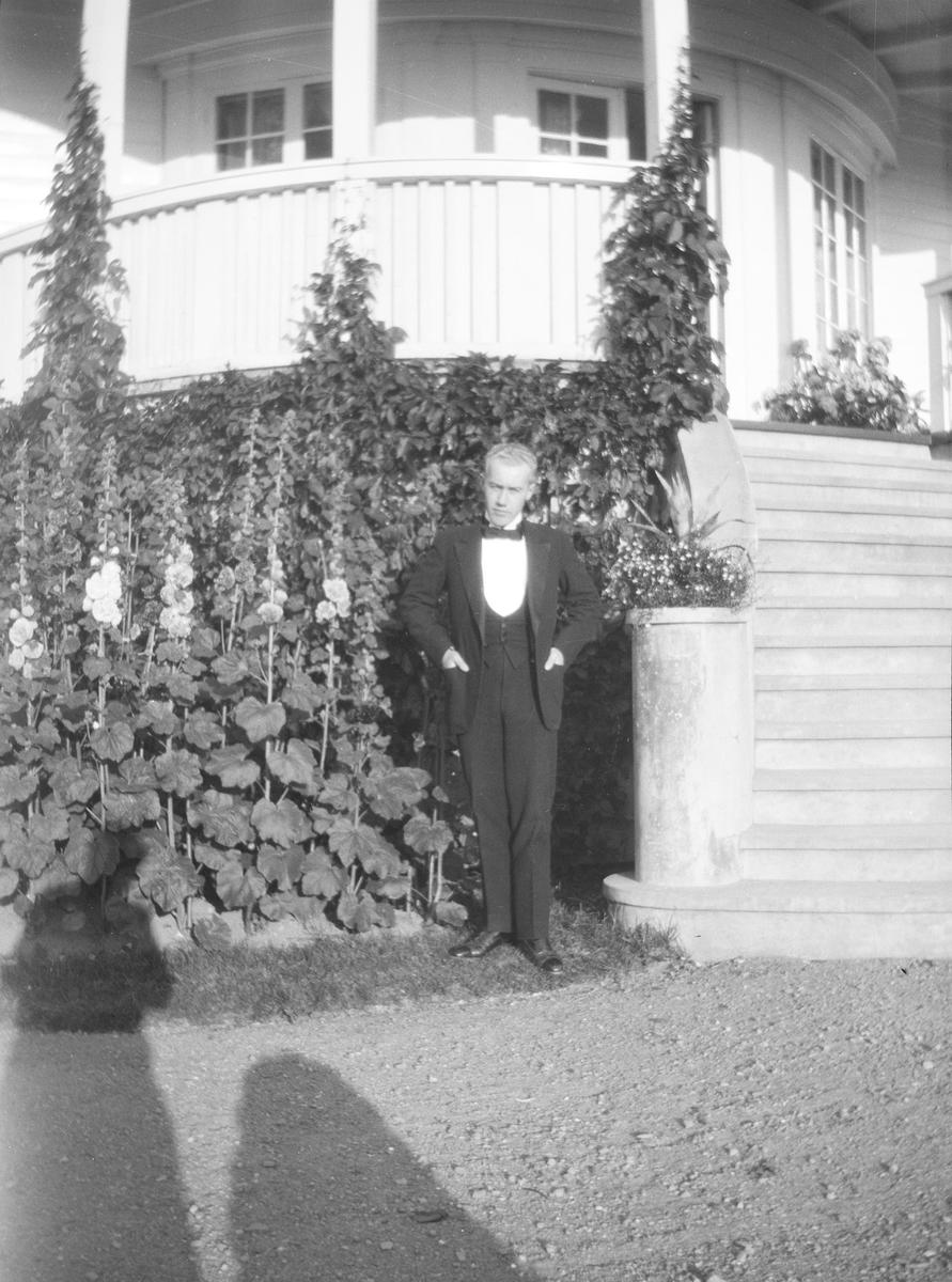 Iacob Ihlen Mathiesen står ved trappen til verandaen som vender mot den Victorianske hagen.