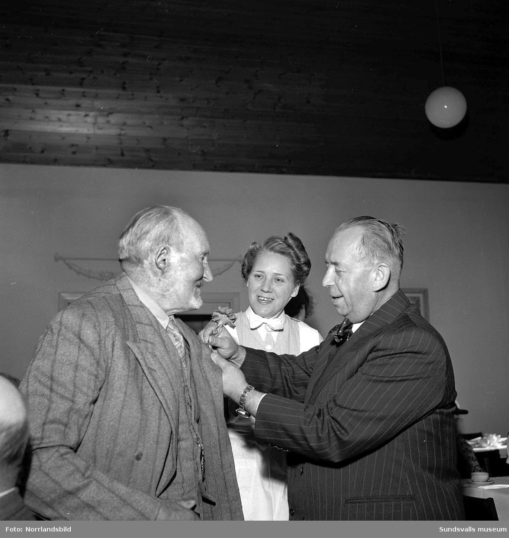 Lindgrens järnhandel firar 100-årsjubileum. Direktör Fridolf Brunnzell uppvaktar fru Palmqvist med en minnesskrift, samt kaffekalas på ett ålderdomshem.