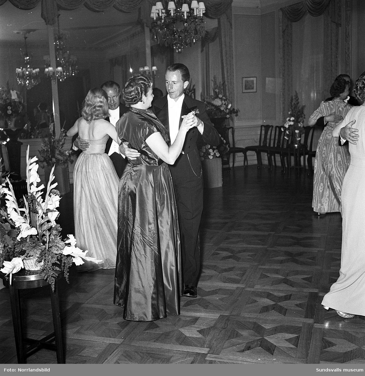 """Ett urval av en stor grupp bilder från Lindgrens järnhandels 100-årsjubileumsfest på Knaust. Storstilad entré, mingel, utmärkelser, galamiddag och dans. Underhållning av bland annat en mycket ung Ingeborg Nyberg. På bilderna syns bland annat direktör Fridolf Brunnzell och lagerchefen Carl """"Spiken"""" Lundberg, vilken samma år firade 50 år som anställd vid företaget."""