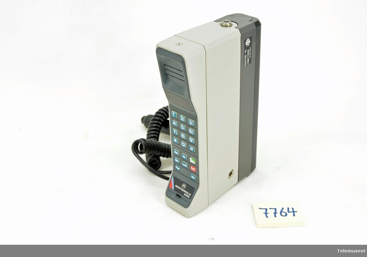 På telefonen er det påsatt en ladekabel som går til bilbruk Effekten var 4 Watt
