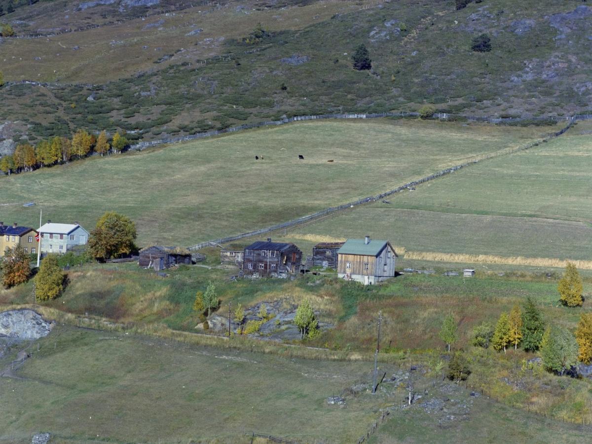 Flyfoto, gårdsbruk, Dovre, med jernbanelinja bak.