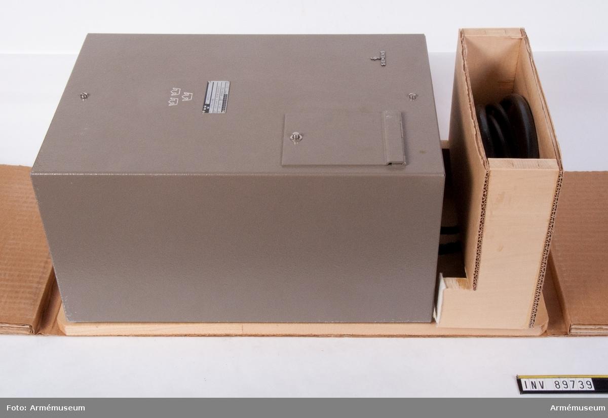 Tillhör remssändare 312. Bottenplattan och kartongemballage tillverkades separat för att underlätta förflyttning och ompackning av utrustningen då den användes.