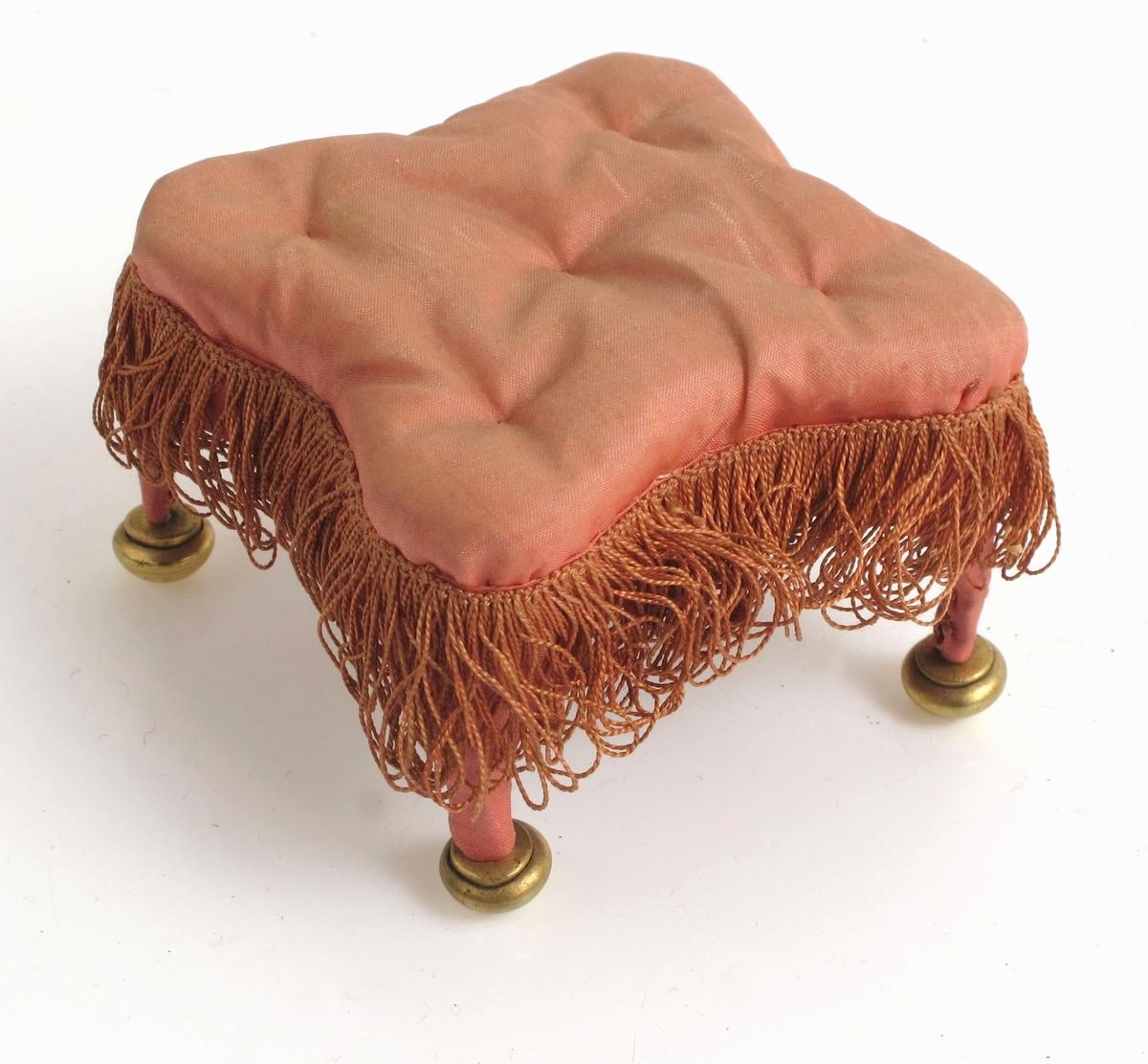 Krakk, trukket med rosa silke, fører til sofa 13712-13