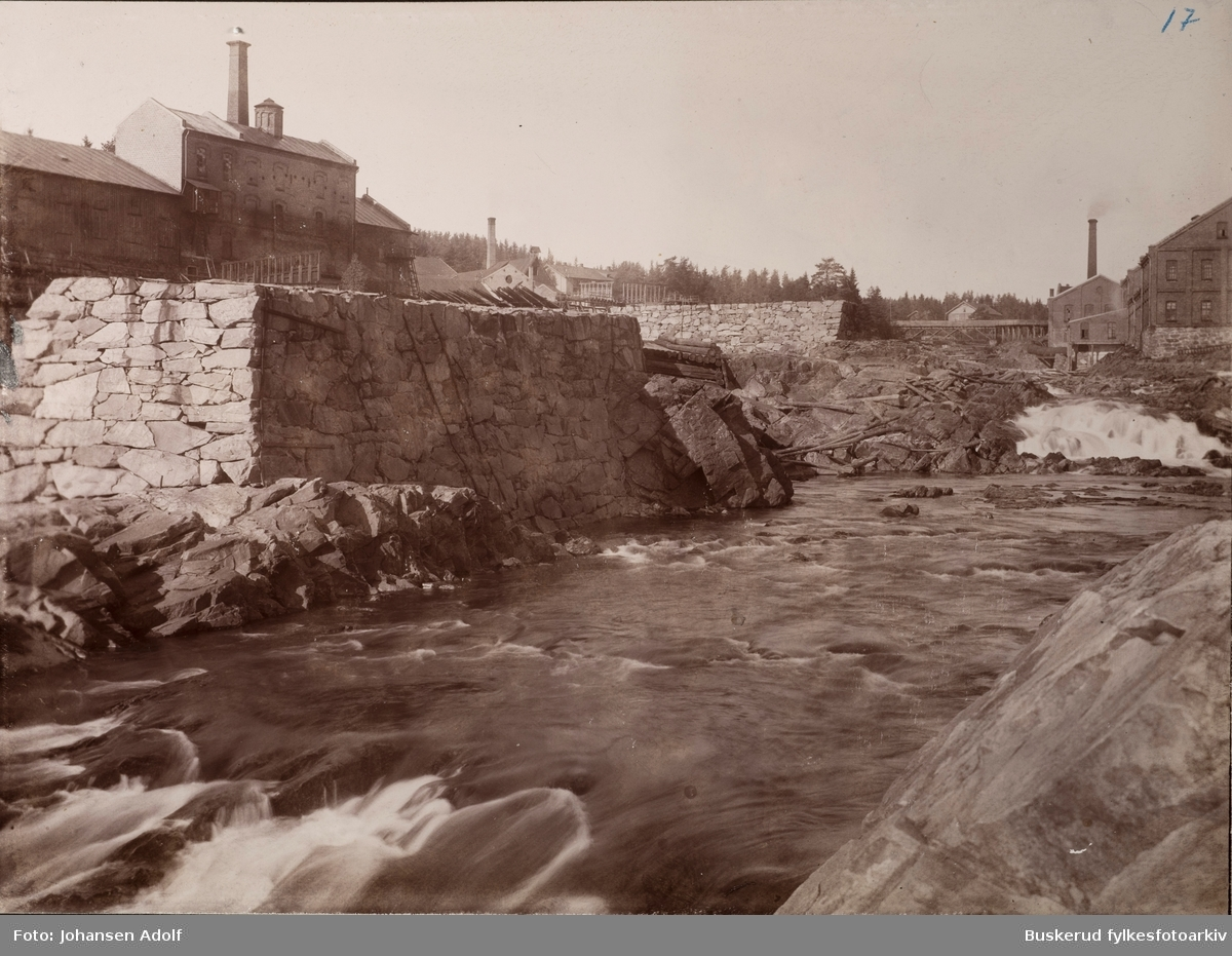 Fra album-  Fotografier fra De Aadalske Fosser Parti fra elven Begna Nedre Hofsfoss, Hofsfoss fabrikker